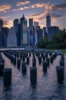 skyline de nova york com alguns postes de madeira foto