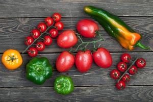 tomates e pimentos frescos foto