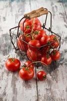 tomates em uma cesta foto