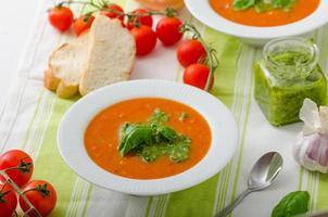 sopa de tomate com gremolata foto