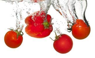tomates em respingos de água foto