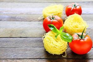 macarrão e tomate fresco foto