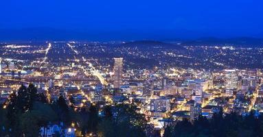 bela noite vista de portland, oregon foto