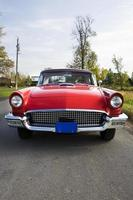 vista frontal do carro vermelho velho