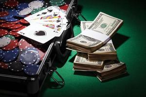 fichas de pôquer e notas de dólar foto