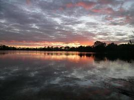 pôr do sol lagoa estável foto