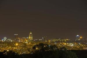 skyline de sandton em joanesburgo à noite foto