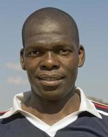 retrato de jovem fã de futebol africano foto