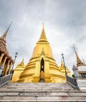 stupa dourada foto