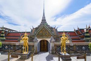 figura mitologia, está assistindo o templo no grande palácio foto