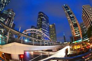 a estação de skytrain chong nonsi, bangkok, tailândia foto