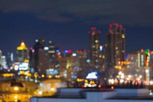 desfocar as luzes de bokeh da cidade durante o horário de pico foto