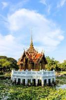 pavilhão tailandês na lagoa de lótus em suanluang rama ix foto