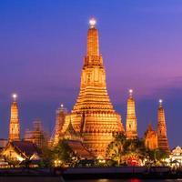 Templo de Wat Arun durante o pôr do sol em Banguecoque, Tailândia. foto