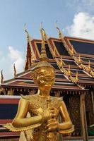 escultura dourada em wat phra kaew, bangkok, Tailândia foto