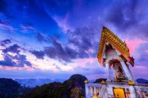 templo budista em uma colina foto