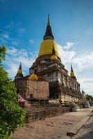 antigo templo de ayuthaya, em wat yai chaimongkol ayutthaya, tailândia. foto
