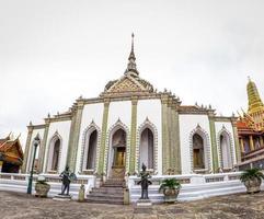 grande palácio no templo de bangkok e wat phra kaew foto