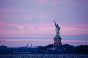 estátua da liberdade ao entardecer foto
