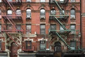 exterior de um prédio de apartamentos em manhattan new york city foto