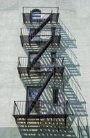escada de incêndio no prédio de tijolos foto