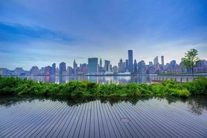 manhattan skyline de nova york ao pôr do sol rio leste foto