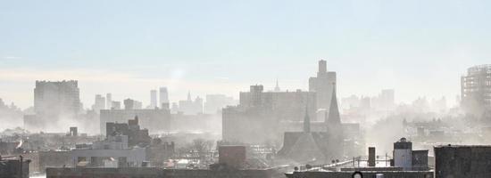 vento chicoteando neve na cidade foto
