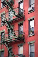fora da escada de incêndio de metal, cidade de nova york, eua