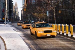 táxi de nova york em uma fileira foto