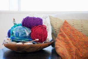 bolas de lã e agulhas de tricô foto