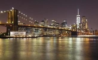 ponte de brooklyn e manhattan à noite, nova york, eua.