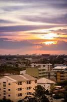 pôr do sol em bangmod, bangkok, tailândia foto