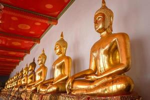 estátua de Buda em wat pho (templo de pho) em bangkok, tailândia foto