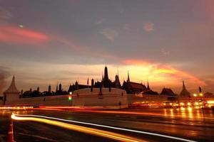 crepúsculo em wat phra kaew (templo da esmeralda buddha) foto