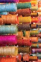 pulseiras coloridas vendidas no mercado foto