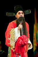 homem de ópera da china em vermelho foto