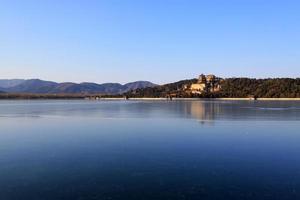 torre de incenso budista e lago kunming congelado foto
