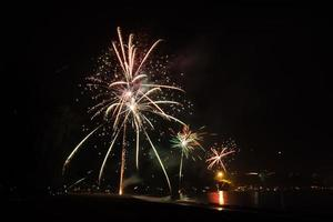 belos fogos de artifício comemorando o ano novo na praia