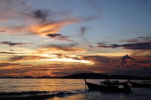 pôr do sol no mar de andaman, praia de ao nang, tailândia.