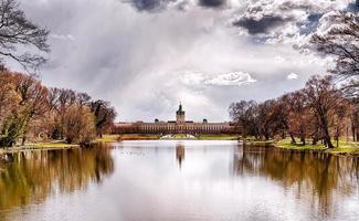 schloss charlottenburg Berlim com céu dramático e lago