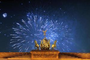 portão de brandemburgo, em berlim foto