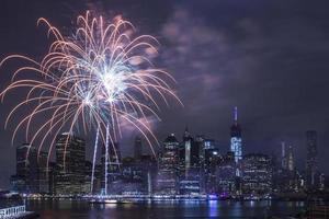 dia da independência com fogos de artifício na cidade de Nova york foto