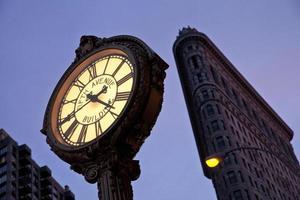 relógio da quinta avenida e edifício flatiron foto