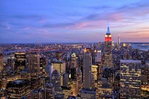 cidade de nova york midtown com empire state building ao entardecer foto