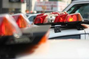 luzes do carro de polícia em cima de carros foto