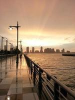 pôr do sol na cidade foto