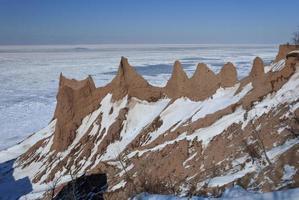 formações de terras costeiras cobertas de neve exóticas foto