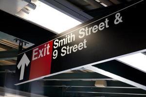 sinal de saída na estação de metrô de Nova York foto
