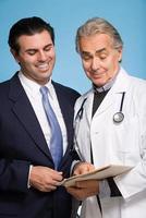 médico com um paciente do sexo masculino foto