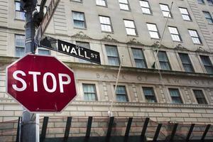 placa de pare em wall street, manhattan, nova iorque foto